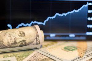 Read more about the article Dólar à vista encerra série de 12 altas, mas salta 3,4% no acumulado de semana com forte tensão